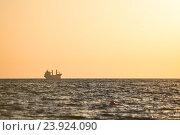 Корабль на фоне заката на Черном море. Стоковое фото, фотограф Константин Пекарь / Фотобанк Лори