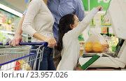 Купить «family weighing oranges on scale at grocery store», видеоролик № 23957026, снято 24 октября 2016 г. (c) Syda Productions / Фотобанк Лори