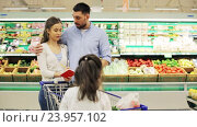 Купить «family with food in shopping cart at grocery store», видеоролик № 23957102, снято 24 октября 2016 г. (c) Syda Productions / Фотобанк Лори