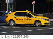 Купить «Желтый автомобиль такси на Тверской улице. Москва», эксклюзивное фото № 23957246, снято 28 августа 2016 г. (c) lana1501 / Фотобанк Лори