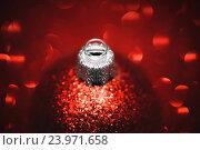 Купить «Яркий красный елочный блестящий шарик», фото № 23971658, снято 25 августа 2016 г. (c) Евгений Захаров / Фотобанк Лори