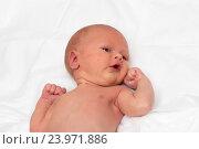 Купить «Грудной ребенок на кроватке крупным планом», фото № 23971886, снято 12 декабря 2014 г. (c) Андрей Некрасов / Фотобанк Лори