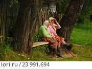 Местные жители отдыхают на лавочке около дома. Деревня Отъезжее. Барятинский район. Калужская область (2009 год). Редакционное фото, фотограф lana1501 / Фотобанк Лори