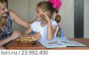 Купить «Мама принесла печенки своей дочке школьнице которая делала уроки», видеоролик № 23992430, снято 3 июня 2016 г. (c) Иванов Алексей / Фотобанк Лори