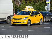 Купить «Желтый автомобиль такси на Пушкинской площади в Москве», эксклюзивное фото № 23993894, снято 26 сентября 2016 г. (c) lana1501 / Фотобанк Лори