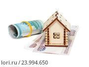 Деревянный домик и деньги на белом фоне. Стоковое фото, фотограф Наталья Осипова / Фотобанк Лори