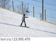 Купить «Мужчина на сноуборде едет с горы», эксклюзивное фото № 23995470, снято 28 февраля 2016 г. (c) Елена Коромыслова / Фотобанк Лори