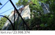 Купить «Старый заброшенный Мраморный склеп со статуй ангела», видеоролик № 23998374, снято 24 сентября 2016 г. (c) Швец Анастасия / Фотобанк Лори