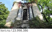 Купить «Древний мраморный склеп с сломанной дверью на кладбище», видеоролик № 23998386, снято 24 сентября 2016 г. (c) Швец Анастасия / Фотобанк Лори