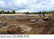 Купить «Археологические раскопки. Строительная площадка на Софийской набережой. Район Якиманка. Москва», эксклюзивное фото № 23999910, снято 28 сентября 2016 г. (c) lana1501 / Фотобанк Лори