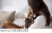 Купить «happy young woman with cat in bed at home», видеоролик № 24043254, снято 19 октября 2016 г. (c) Syda Productions / Фотобанк Лори