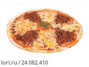 Пицца с фаршем и перцем на белом фоне. Стоковое фото, фотограф Кривцов Алексей / Фотобанк Лори