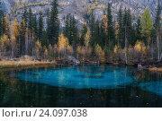 Купить «Небольшое голубое озеро в лесу на Алтае, Россия», фото № 24097038, снято 27 сентября 2016 г. (c) Liseykina / Фотобанк Лори