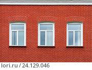 Три окна на кирпичной стене. Стоковое фото, фотограф Зобков Георгий / Фотобанк Лори