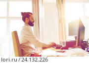 Купить «happy creative male office worker with computer», фото № 24132226, снято 29 марта 2015 г. (c) Syda Productions / Фотобанк Лори