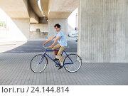 Купить «young hipster man riding fixed gear bike», фото № 24144814, снято 15 июня 2016 г. (c) Syda Productions / Фотобанк Лори