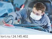 Купить «auto repairman grinding autobody bonnet», фото № 24145402, снято 15 марта 2016 г. (c) Дмитрий Калиновский / Фотобанк Лори