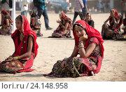 Девушки в красочной этнической одежде на ярмарке Пушкар. Пушкарь, Раджастхан, Индия. (2012 год). Редакционное фото, фотограф photoff / Фотобанк Лори