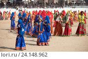 Купить «Девушки в красочной этнической одежде на ярмарке Пушкар. Пушкарь, Раджастхан, Индия.», фото № 24148962, снято 21 ноября 2012 г. (c) photoff / Фотобанк Лори