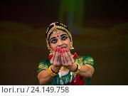 Купить «Индийская девушка танцует национальный танец в индийском культурном центре в городе Москве», фото № 24149758, снято 29 октября 2016 г. (c) Николай Винокуров / Фотобанк Лори