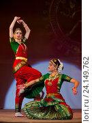 Купить «Девушки танцуют национальный танец во время празднования Дивали (индийский Новый год) в индийском культурном центре в городе Москве», фото № 24149762, снято 29 октября 2016 г. (c) Николай Винокуров / Фотобанк Лори