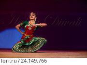 Купить «Девушка танцует национальный танец во время празднования Дивали (индийский Новый год) в индийском культурном центре в городе Москве», фото № 24149766, снято 29 октября 2016 г. (c) Николай Винокуров / Фотобанк Лори