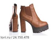 Коричневые осенние сапоги на высоком каблуке и толстой подошве. Стоковое фото, фотограф Elisanth / Фотобанк Лори