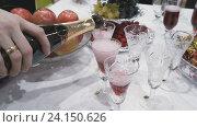 Купить «Официант наливает красное игристое вино в бокал», видеоролик № 24150626, снято 5 ноября 2016 г. (c) worker / Фотобанк Лори