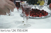 Купить «Человек берет бокал красного шампанского», видеоролик № 24150634, снято 5 ноября 2016 г. (c) worker / Фотобанк Лори