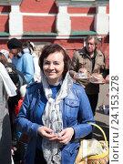 Купить «Москва, женщина после освящения куличей в Новодевичьем монастыре», эксклюзивное фото № 24153278, снято 30 апреля 2016 г. (c) Дмитрий Неумоин / Фотобанк Лори