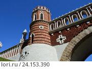 Купить «Высокая башня со стрельчатыми проемами и увенчанными, подобно крепостным стенам Кремля, двурогими зубцами «ласточкин хвост» фигурного моста в Царицыно», эксклюзивное фото № 24153390, снято 27 августа 2016 г. (c) lana1501 / Фотобанк Лори