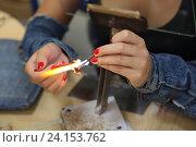 Купить «Лампворк (Lampworking) - художественная обработка стекла в пламени горелки. Женщина за работой», фото № 24153762, снято 7 августа 2015 г. (c) Игорь Долгов / Фотобанк Лори