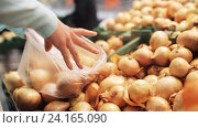 Купить «woman putting onion to bag at grocery store», видеоролик № 24165090, снято 3 ноября 2016 г. (c) Syda Productions / Фотобанк Лори