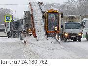 Купить «Санкт-Петербург. Зимняя уборка улиц. Уборка снега с проезжей части с помощью лапового снегопогрузчика», эксклюзивное фото № 24180762, снято 8 ноября 2016 г. (c) Александр Тарасенков / Фотобанк Лори