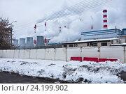 Купить «Дымящие трубы теплоэлектростанции в городе зимой», фото № 24199902, снято 9 ноября 2016 г. (c) Victoria Demidova / Фотобанк Лори