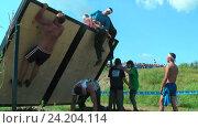 Спортсмены штурмуют стену в гонке. Тюмень (2016 год). Редакционное видео, видеограф Сергей Буторин / Фотобанк Лори