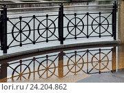 Купить «Чугунная решётка на набережной», фото № 24204862, снято 18 августа 2016 г. (c) Сергей Трофименко / Фотобанк Лори