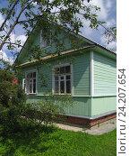 Купить «Старый рубленый дачный дом до ремонта», фото № 24207654, снято 9 июля 2005 г. (c) Анатолий Заводсков / Фотобанк Лори