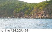 View from moving boat on steep woody bank, Vietnam. Стоковое видео, видеограф Павел Котельников / Фотобанк Лори