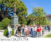 Крым, экскурсанты в Никитском ботаническом саду (2016 год). Редакционное фото, фотограф Татьяна Юни / Фотобанк Лори