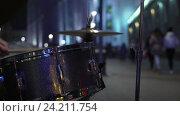 Ритм городской жизни. Уличный музыкант играет на барабанах. Стоковое видео, видеограф Vladimir Botkin / Фотобанк Лори