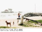 Девушка турист сидит на берегу океана и поправляет волосы, фото № 24212486, снято 11 ноября 2009 г. (c) Эдуард Паравян / Фотобанк Лори