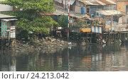 Купить «Трущобы на реке. Сайгон. Вьетнам.», видеоролик № 24213042, снято 12 ноября 2016 г. (c) Mikhail Davidovich / Фотобанк Лори