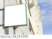 Купить «Пустой рекламный щит на фоне жилого высотного дома», фото № 24213070, снято 22 марта 2014 г. (c) Сергеев Валерий / Фотобанк Лори