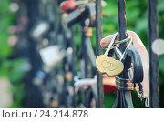 Металлические замки на ограждении моста. Стоковое фото, фотограф Андрей Черников / Фотобанк Лори
