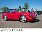 """Купить «Красный """"Порше 911 тарга"""" принимает участие в параде ретроавтомобилей. Керимяки, Финляндия», фото № 24216866, снято 13 июня 2015 г. (c) Виктор Карасев / Фотобанк Лори"""