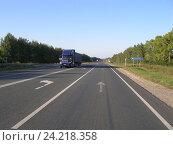 Купить «Перевозка груза грузовым автомобилем по автодороге летом», фото № 24218358, снято 3 сентября 2009 г. (c) Юрий Серебряков / Фотобанк Лори