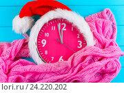 Часы с рождественской шляпой Санты. Стоковое фото, фотограф Дегтярева Виктория / Фотобанк Лори
