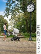 Девушка с коляской. Редакционное фото, фотограф Дмитрий Голуб / Фотобанк Лори