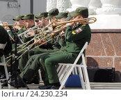 Купить «Духовой оркестр. Тромбонисты и трубачи в военной форме», фото № 24230234, снято 28 мая 2016 г. (c) Павел Кулинич / Фотобанк Лори
